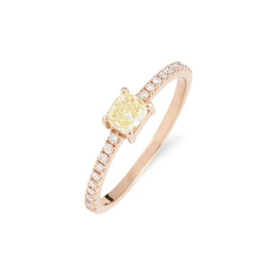 Anillo realizado en oro rosa con diamante central 0,30 cts Fancy radiant yellow y brillantes